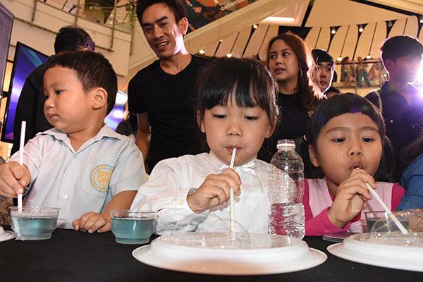 """เด็กๆ สนุกสนาน ศิลปินฟองสบู่ระดับโลก """"ฟาน ยาง"""" สอนสร้างสรรค์ฟองสบู่ด้วยตัวเอง"""