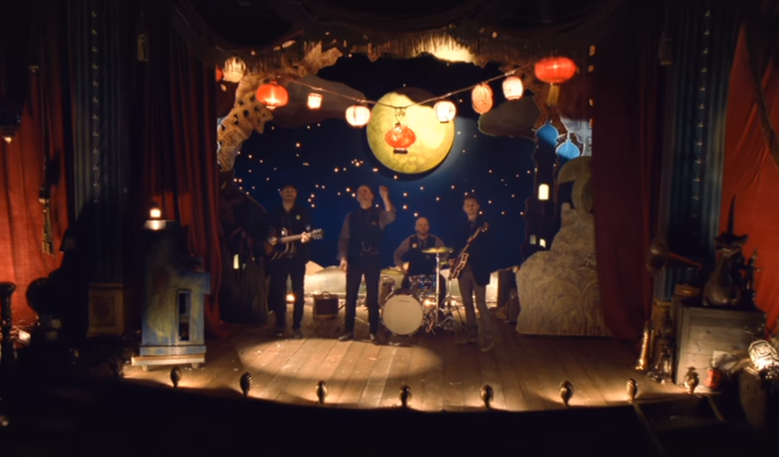 Christmas Lights บทเพลงเศร้า ในเทศกาลแห่งความสุข จาก Coldplay